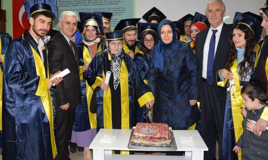 Azmin zaferi…68 yaşında liseden mezun oldu