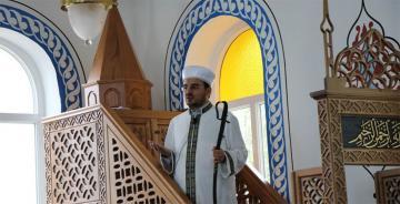 'Cuma Cami'de imam 944 yıldır hutbeyi kılıçla okuyor